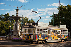 Vintage Talking Tram 880 passing Bendigo's Alexandra Fountain